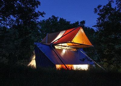 La Belle Folie: structure textile pour une cabane contemporaine en hauteur